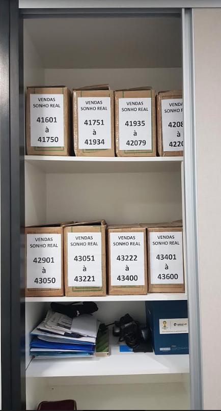 organização: armário com documentação de vendas